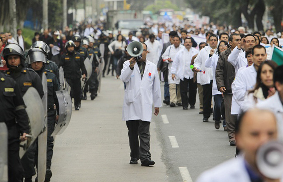 Striking doctors march during a demonstration calling for salary increase in Lima August 29, 2012. Public healthcare doctors working for the social security services are on the 23rd day of an indefinite nationwide strike which has affected normal operations of hospitals around the country, local media reported. REUTERS/Enrique Castro-Mendivil (PERU - Tags: CIVIL UNREST POLITICS BUSINESS HEALTH EMPLOYMENT)